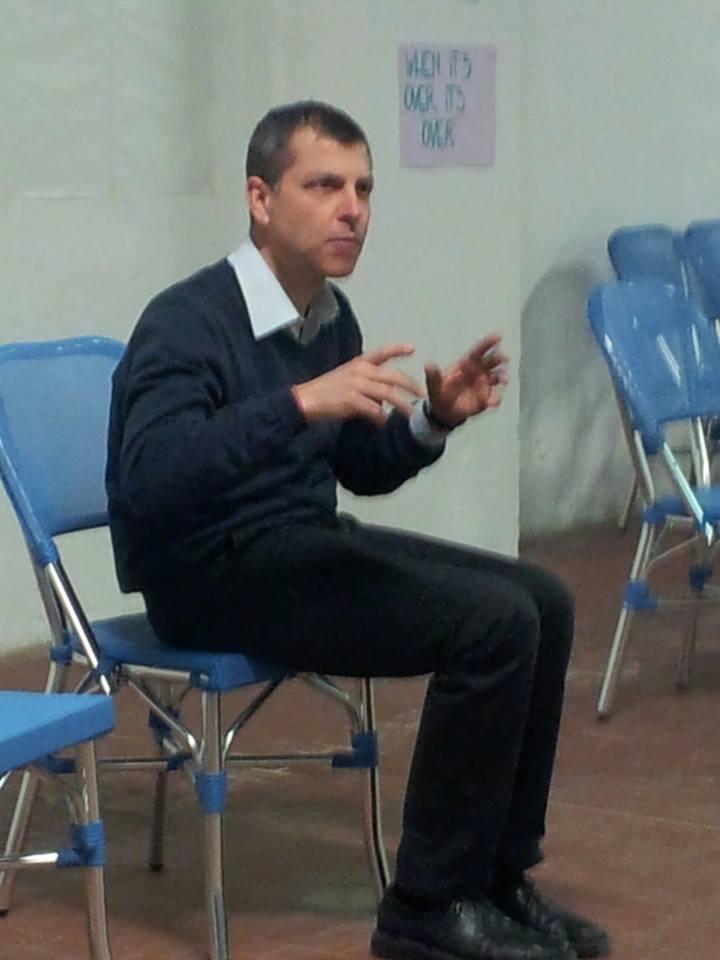 il facilitatore del seminario   in piena attività nel corso del seminario..